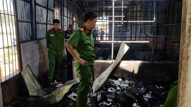Tin nhanh - Hỏa hoạn ngày 27 Tết, chủ nhà bới tro tìm tài sản trong 2 căn nhà cháy (Hình 3).