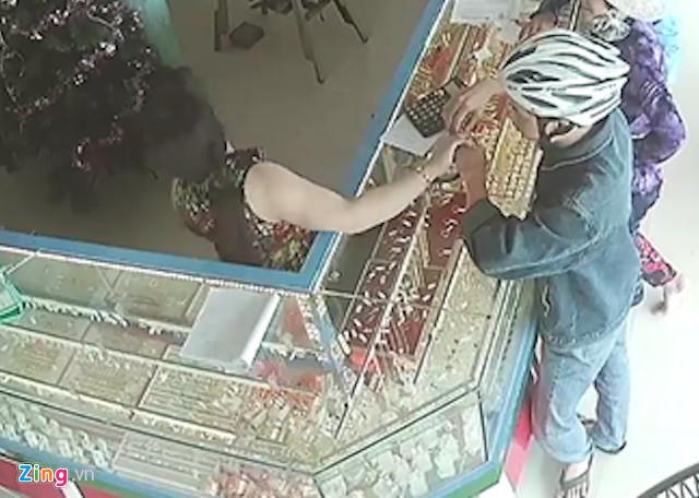 An ninh - Hình sự - Cướp tiệm vàng giữa trưa, tên cướp 'sa lưới' khi đem tang vật bán