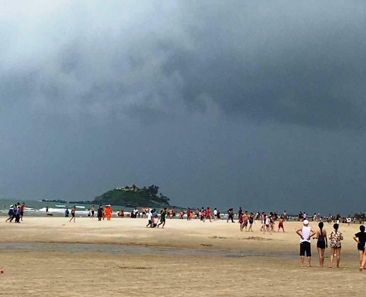 Tin nhanh - Bị sét đánh trên bãi biển, một thợ chụp ảnh đang nguy kịch