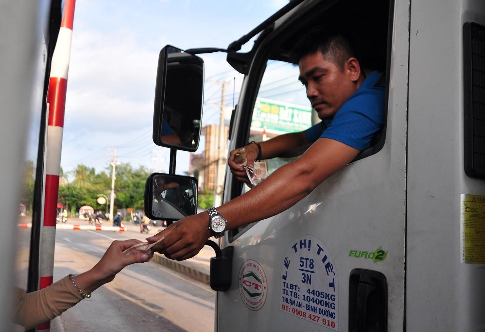 Video - Clip: Tài xế xe tải dùng tiền lẻ trả phí, BOT tuyến tránh Biên Hòa xả trạm