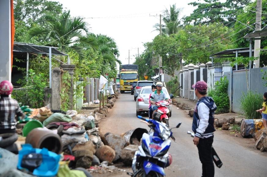 Xã hội - Dân mang đá ra đường chặn xe né trạm BOT tuyến tránh Biên Hòa (Hình 3).