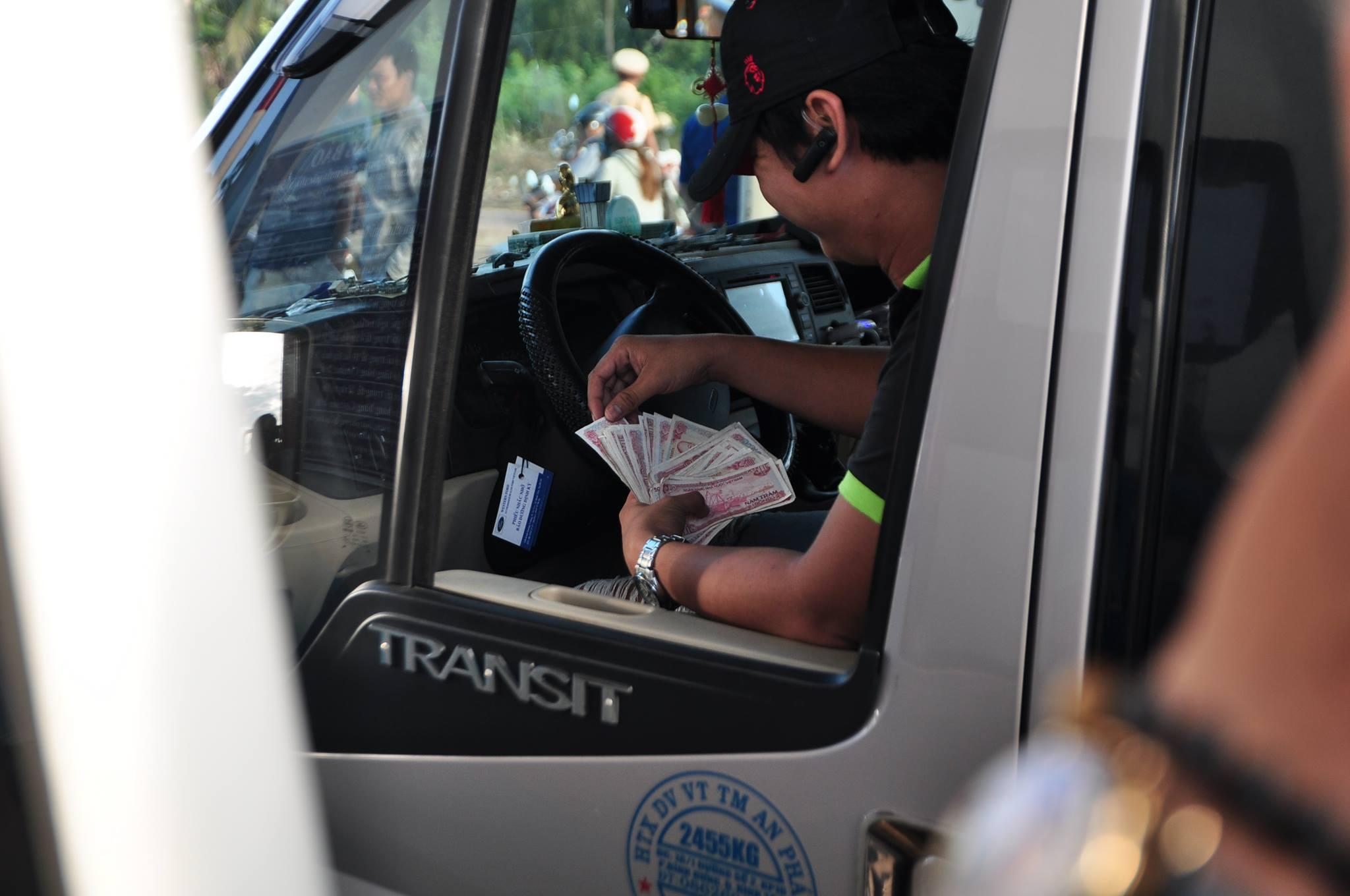 Xã hội - Trạm BOT tuyến tránh Biên Hòa miễn phí vé, tài xế kiên quyết trả (Hình 2).