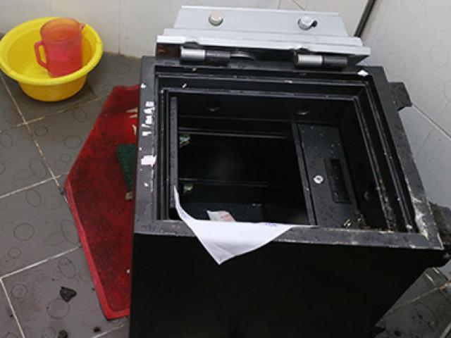 An ninh - Hình sự - Truy xét kẻ phá két sắt trộm gần nửa tỷ đồng tại UBND xã Vĩnh Tân