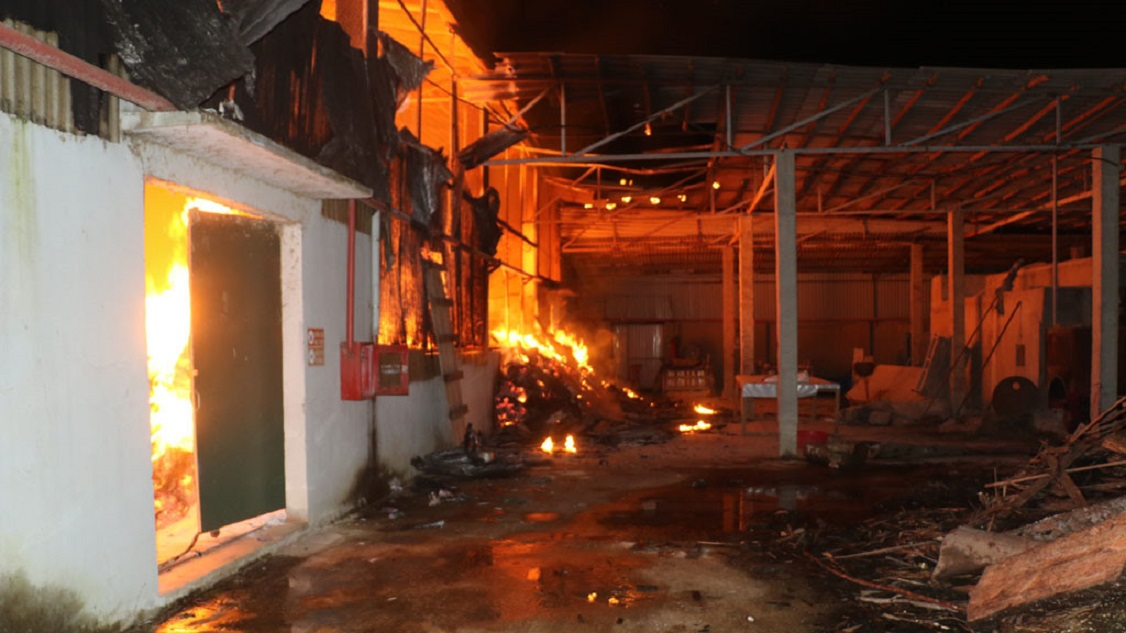 Xã hội - Thanh Hóa: Xưởng chế biến đũa bị thiêu rụi, cả khu phố hoảng loạn (Hình 2).