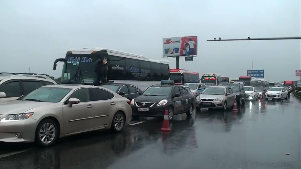 Tin nhanh - Xe cứu hỏa va chạm xe khách, cao tốc Pháp Vân - Cầu Giẽ ùn tắc nghiêm trọng (Hình 3).