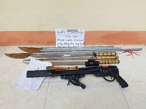 An ninh - Hình sự - Bắt 11 'côn đồ' mang súng tự chế, gây thương tích cho 2 người