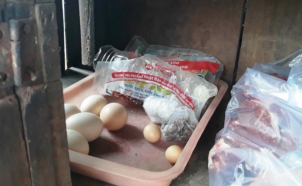 """Xã hội - Cả bản kéo nhau đi xem gà trống nhảy ổ đẻ trứng """"vàng"""" (Hình 2)."""