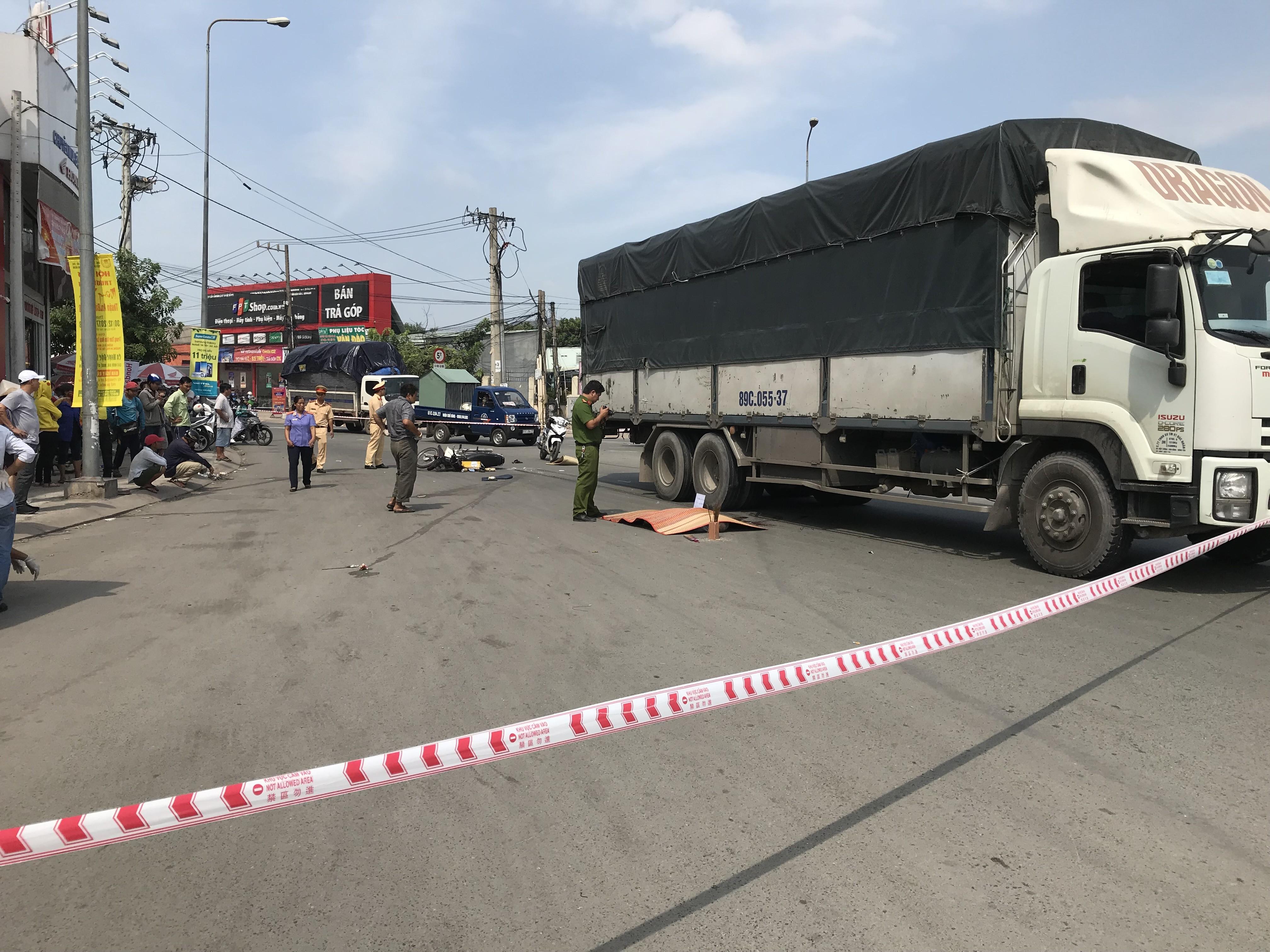 Tin nhanh - Bình Dương: Va chạm xe tải, hai người thương vong