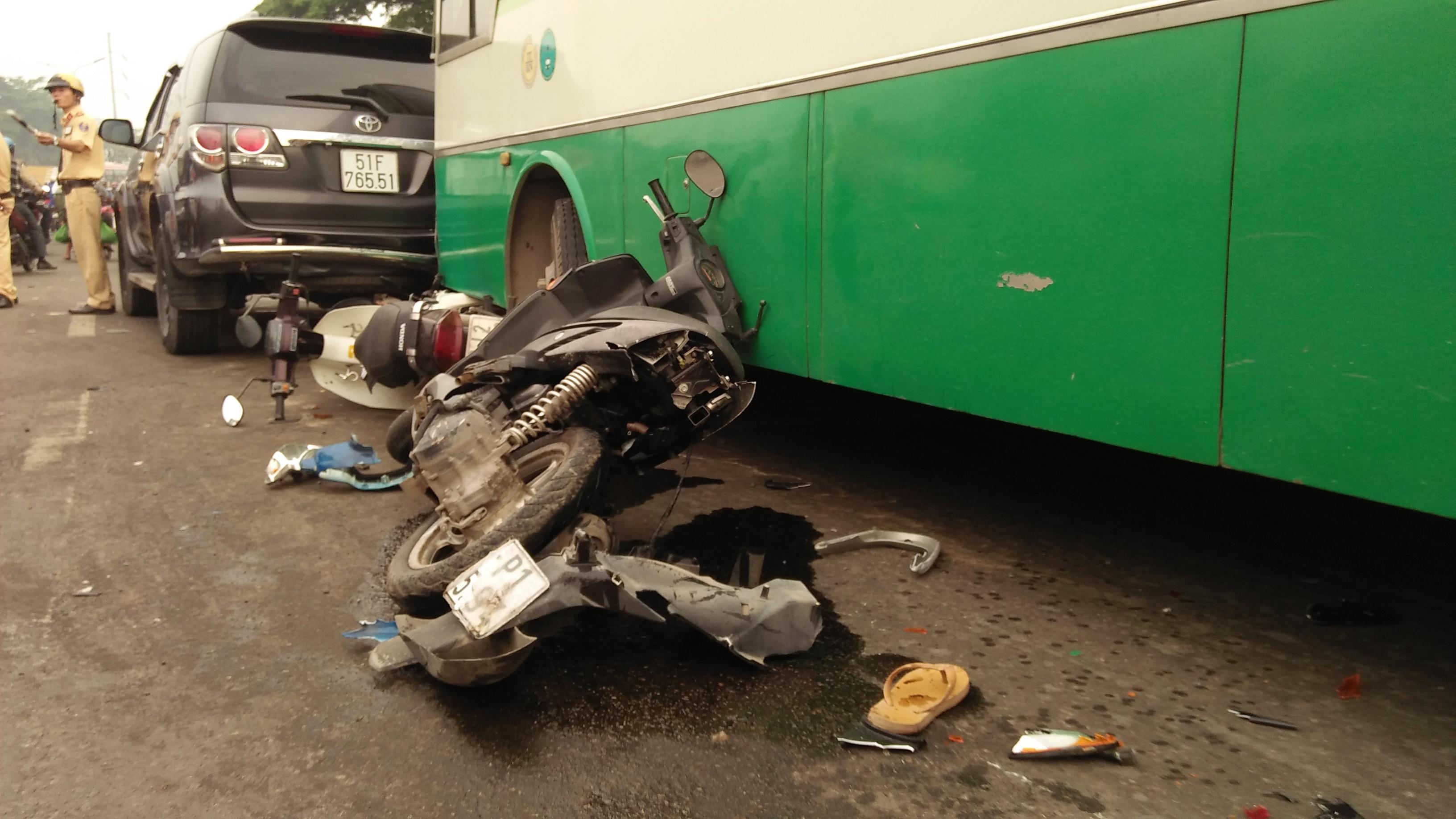 Tin nhanh - Xe buýt cuốn hàng loạt xe máy vào gầm, nhiều người bị thương (Hình 2).
