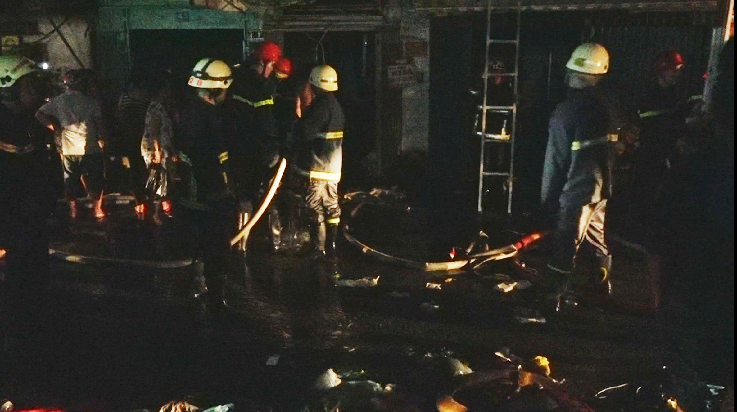 Tin nhanh - Ngày cuối năm, 6 căn nhà bốc cháy ngùn ngụt trong đêm