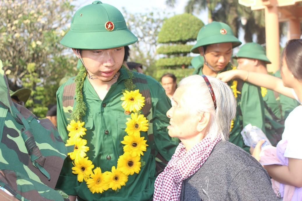 Xúc động hình ảnh bà cụ 80 và những cô gái trẻ tiễn tân binh lên đường nhập ngũ  - Hình 2