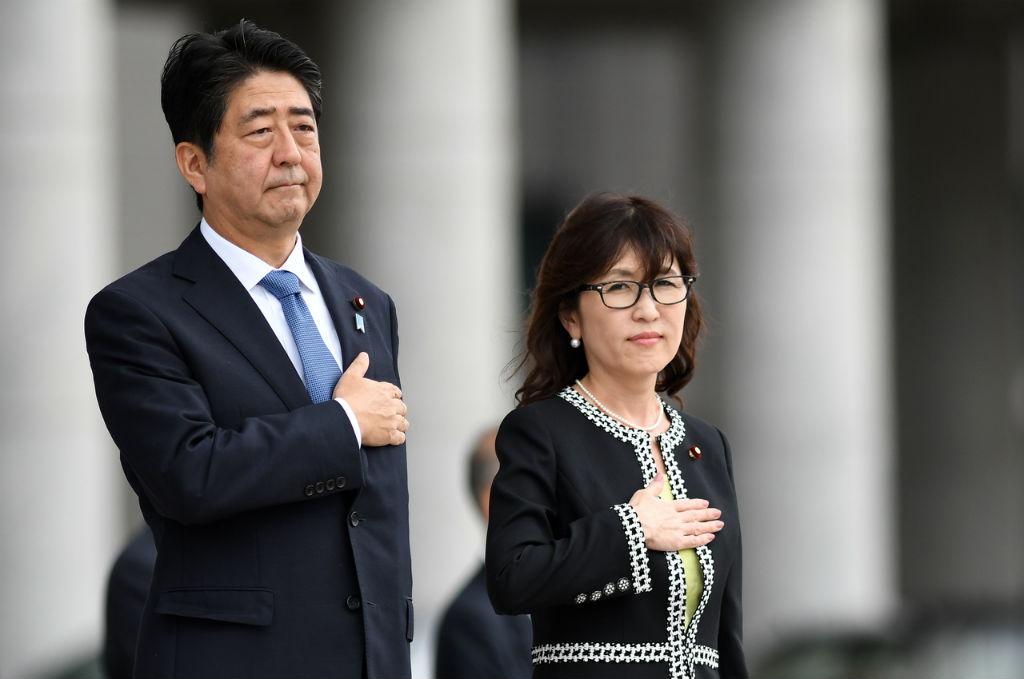 Thế giới - Thủ tướng Shinzo Abe gồng mình 'vật lộn' với sóng gió chính trường (Hình 2).