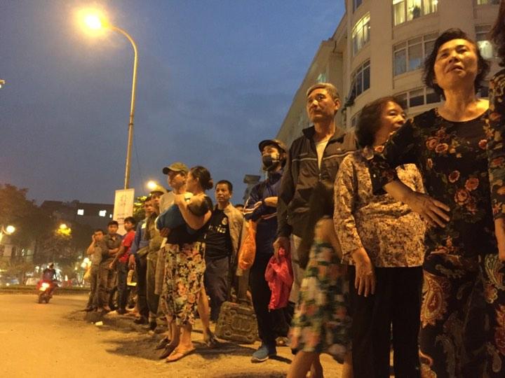 Mới- nóng - Clip: Người dân Hà Nội háo hức chờ đón Tổng thống Trump