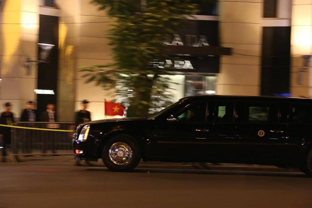 [Chùm ảnh] Đoàn xe đưa Tổng thống Trump đi dự quốc yến - Hình 1