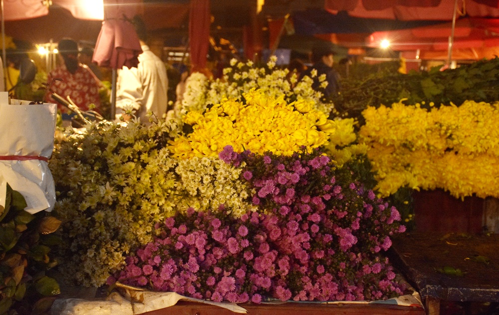 [Chùm ảnh] Chợ hoa đêm nhộn nhịp trước ngày 20/11 - Hình 8
