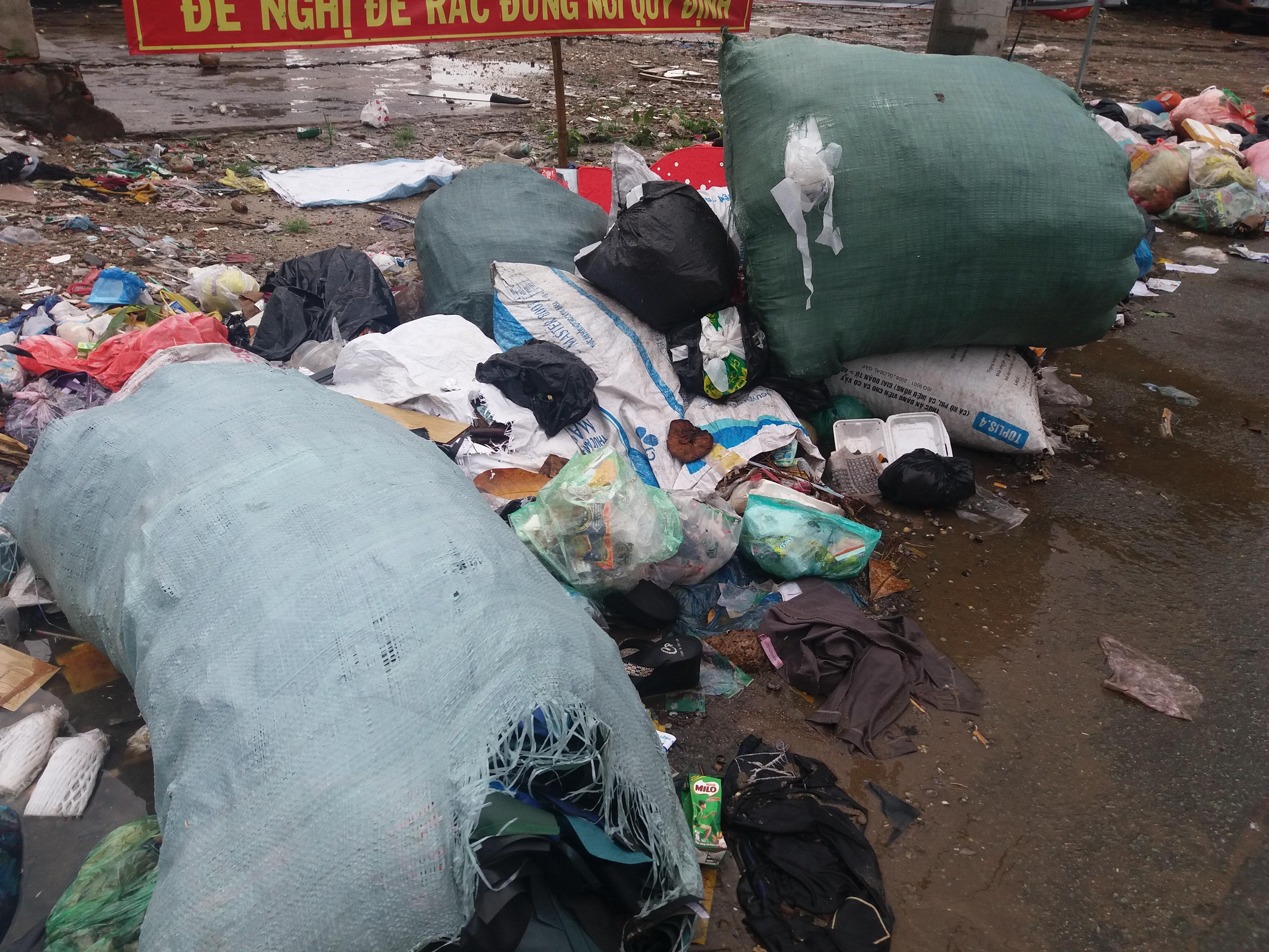 Xã hội - Khu vực cấm đổ rác lại trở thành bãi rác (Hình 3).