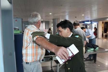 Tiêu dùng & Dư luận - Nâng phí phục vụ hành khách, giá vé máy bay có tăng?