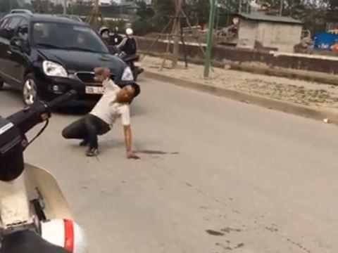 An ninh - Hình sự - Hà Nội: Khống chế thanh niên say rượu định lao đầu vào ô tô