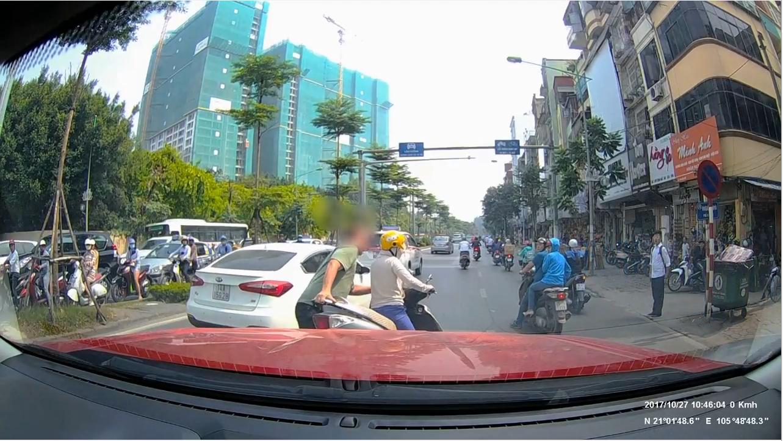 Bạn đọc viết - Nữ 'ninja' bấm điện thoại giữa đường: Văn minh cách lề đường vài bước chân