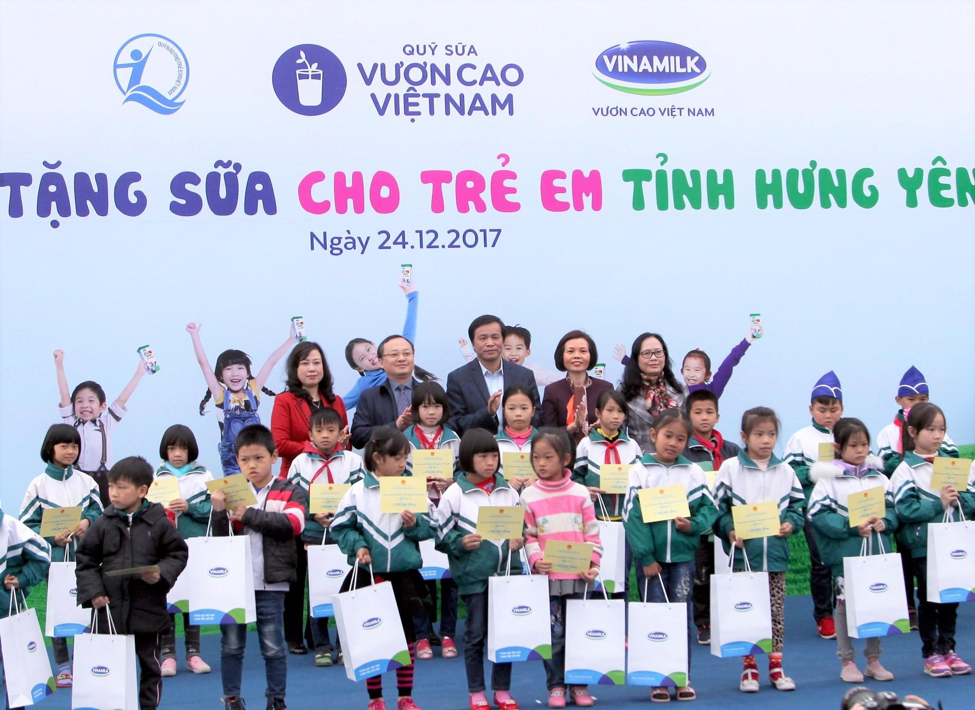 Xã hội - Quỹ sữa vươn cao Việt Nam đem niềm vui cuối năm đến trẻ em tỉnh Hưng Yên (Hình 5).