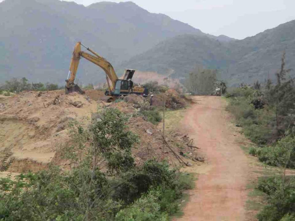 Điểm nóng - Bình Định: Doanh nghiệp khai thác ti tan phá đường dân sinh và xâm thực đất rừng (Hình 2).