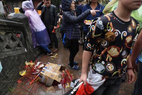 Xô đẩy nhau, vứt rác bừa bãi tại lễ hội chùa Hương - Hình 2