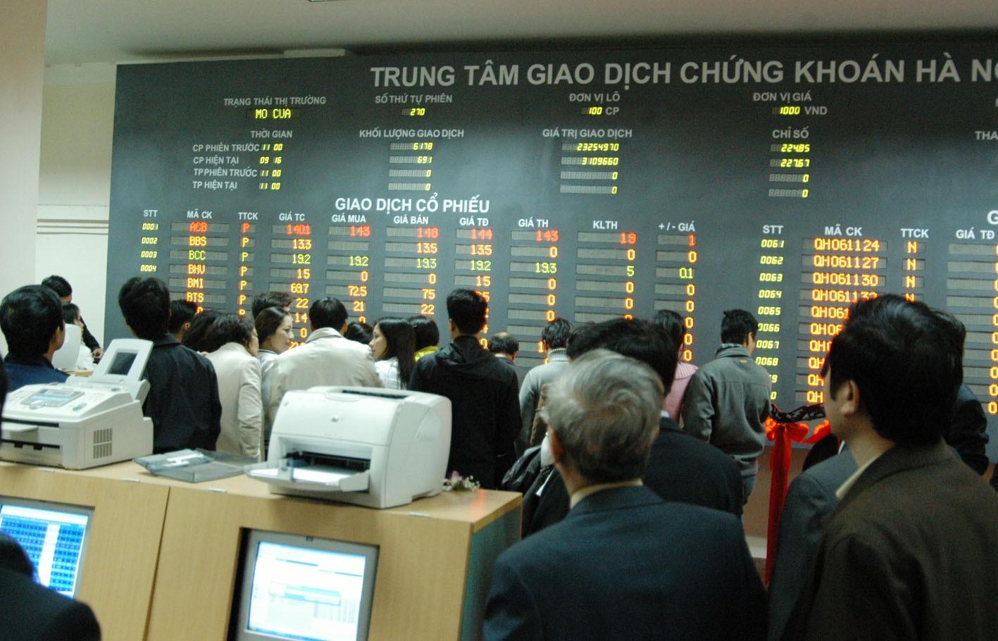 Tài chính - Ngân hàng - Thị trường chứng khoán đỏ sàn, khối lượng giao dịch tăng đột biến