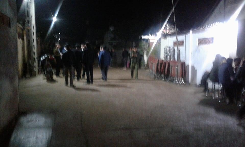 An ninh - Hình sự - Người dân đến chia buồn khi biết tin Chủ tịch huyện Quốc Oai tử vong  (Hình 2).
