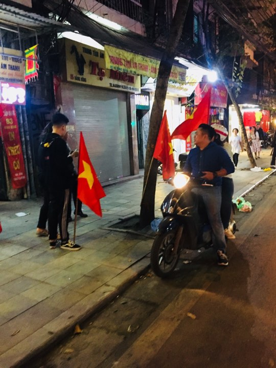 Dân sinh - Toàn cảnh các con phố trung tâm Hà Nội 'thất thủ' sau chiến thắng của đội tuyển U23 Việt Nam (Hình 5).