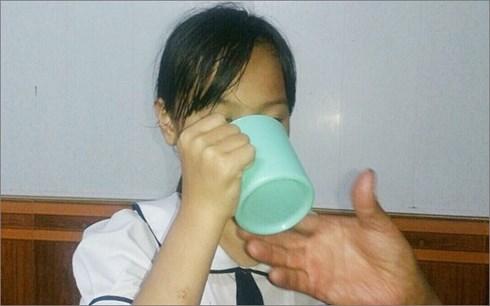 Sức khỏe - Học sinh súc miệng bằng nước giặt giẻ lau bảng: Những mối nguy khôn lường cho sức khoẻ
