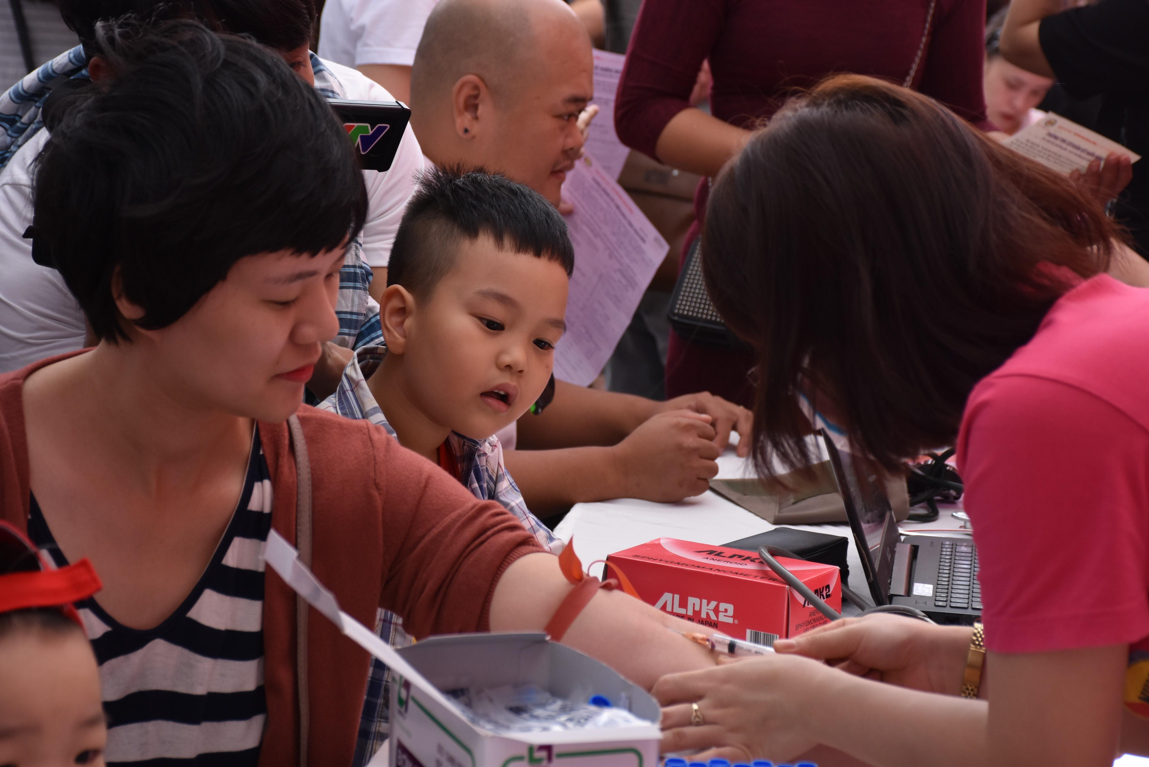 Sức khỏe - 500 nhân viên Deaura tham gia Ngày Chủ nhật Đỏ