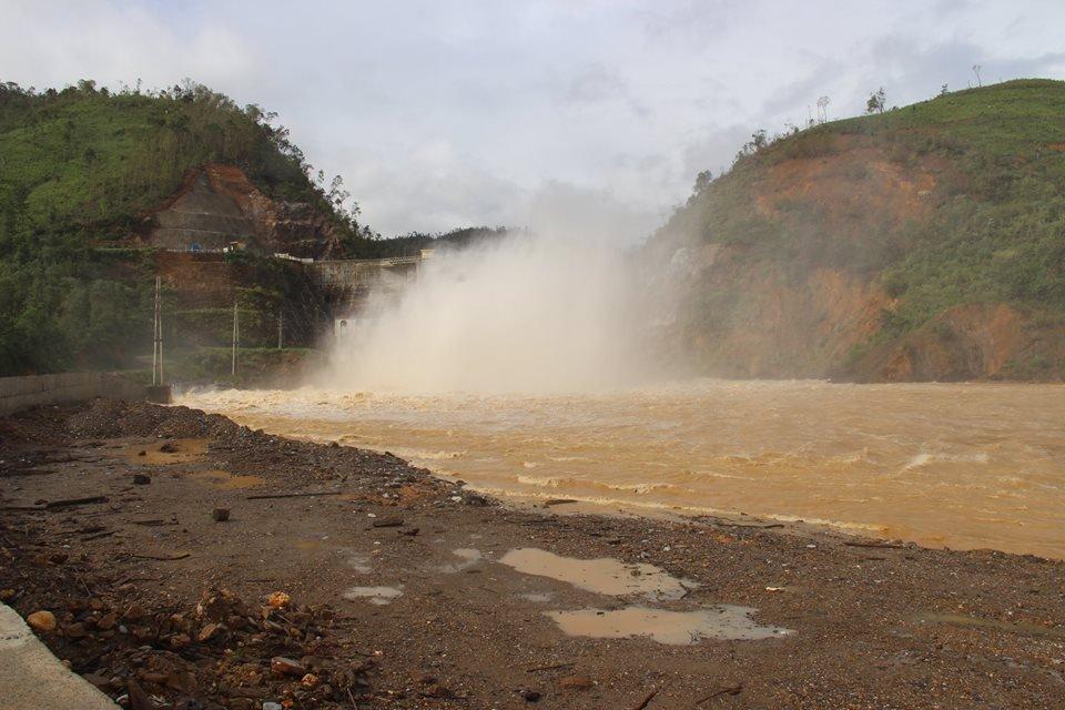 Chính trị - Xã hội - Nước lên nhanh, nhà máy thủy điện Hố Hô mở 3 van xả lũ (Hình 2).