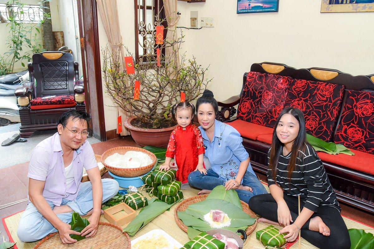 Ngôi sao - Gia đình Á hậu Trịnh Kim Chi quây quần gói bánh chưng đón Tết (Hình 3).