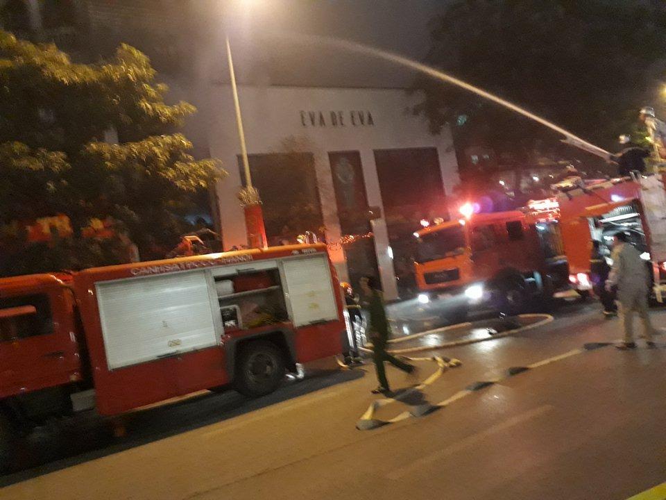 Tin nhanh - Hà Nội: Nhiều người hét cầu cứu trong ngôi nhà cháy (Hình 5).