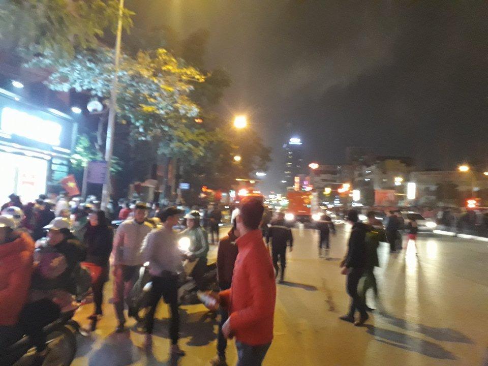 Tin nhanh - Hà Nội: Nhiều người hét cầu cứu trong ngôi nhà cháy (Hình 2).