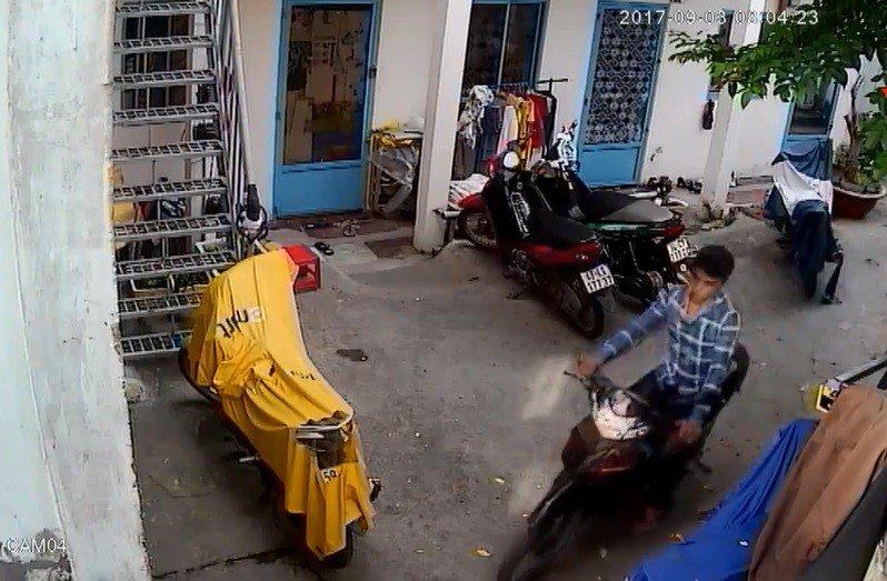 Video - Clip: Trộm thản nhiên bẻ khóa 'cuỗm' xe máy ngay trước cửa phòng trọ (Hình 2).