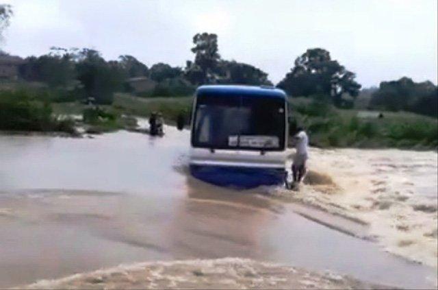 Video - Clip: Hãi hùng cảnh xe ôtô chở 47 học sinh mắc kẹt giữa dòng nước lũ