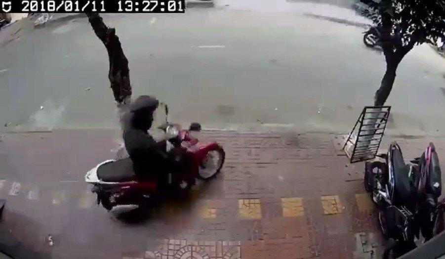 Mới- nóng - Clip: Thanh niên bẻ khóa, trộm xe Sh Mode ngay giữa phố