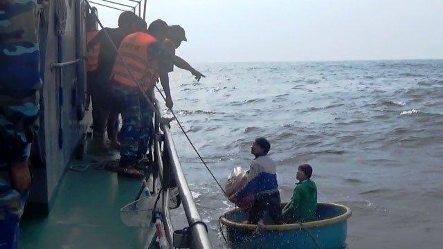 Tin nhanh - Quảng Bình: Cứu sống 7 ngư dân chìm tàu trôi dạt nhiều giờ trên biển