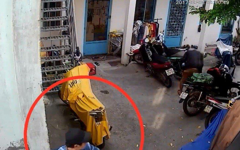 Video - Clip: Trộm thản nhiên bẻ khóa 'cuỗm' xe máy ngay trước cửa phòng trọ