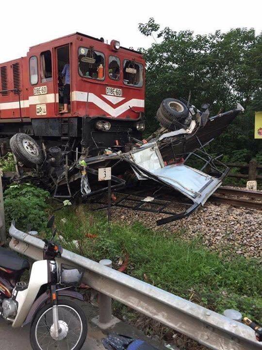 Video - Clip: Hiện trường vụ tàu hỏa đâm nát xe tải, tài xế thoát chết