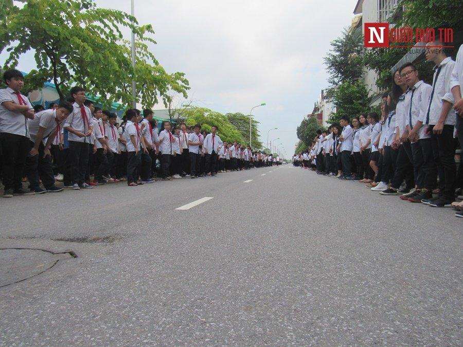 Đời sống - Hàng nghìn cô trò đứng dọc hai bên đường tiễn biệt nhà giáo Văn Như Cương  (Hình 7).