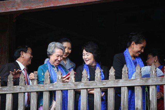 Xã hội - Phu quân, phu nhân lãnh đạo APEC thích thú ngắm phố cổ Hội An (Hình 9).