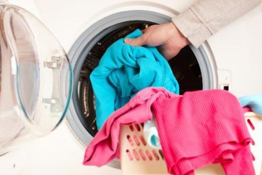 Tư vấn - Nguy hiểm không ngờ khi giặt chung đồ ngày trời ẩm