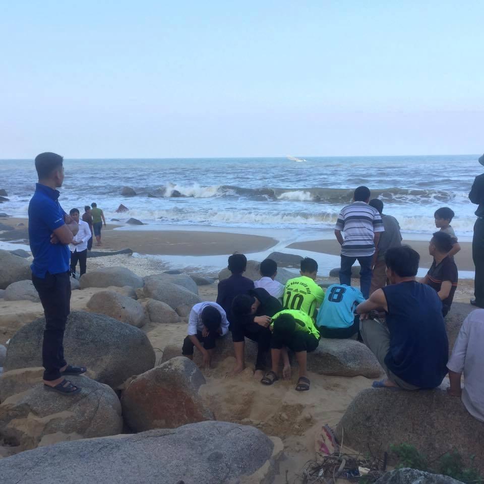 Tin nhanh - Tìm kiếm 2 học sinh bị nước cuốn mất tích trên biển