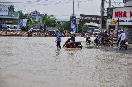 Chính trị - Xã hội - Ảnh hưởng bão số 10, đường phố TP.Biên Hòa biến thành sông (Hình 6).