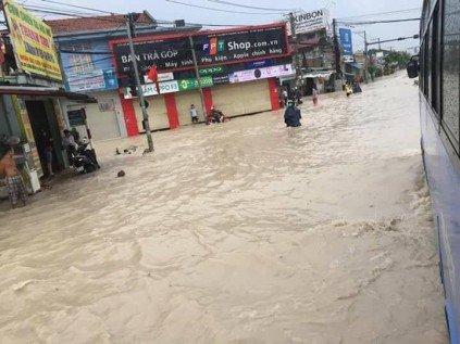 Chính trị - Xã hội - Ảnh hưởng bão số 10, đường phố TP.Biên Hòa biến thành sông (Hình 8).