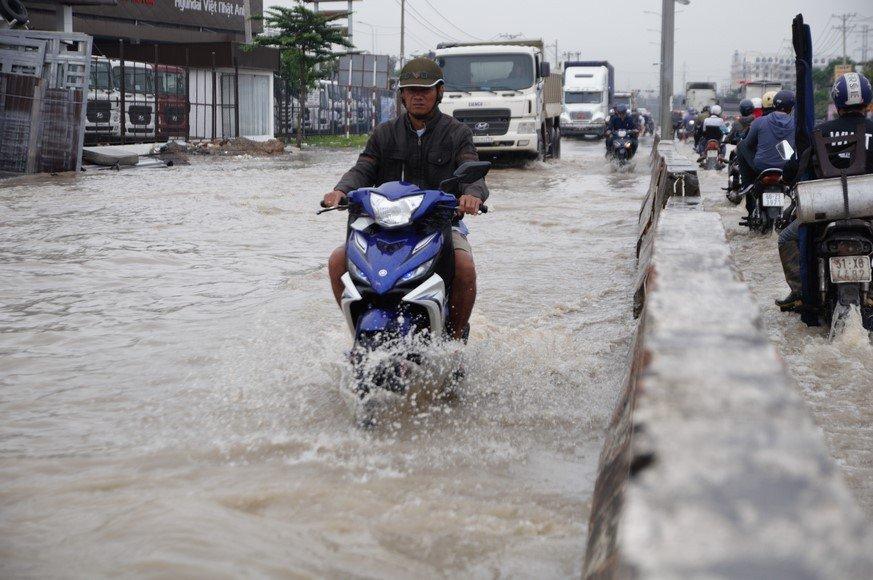 Chính trị - Xã hội - Ảnh hưởng bão số 10, đường phố TP.Biên Hòa biến thành sông (Hình 5).