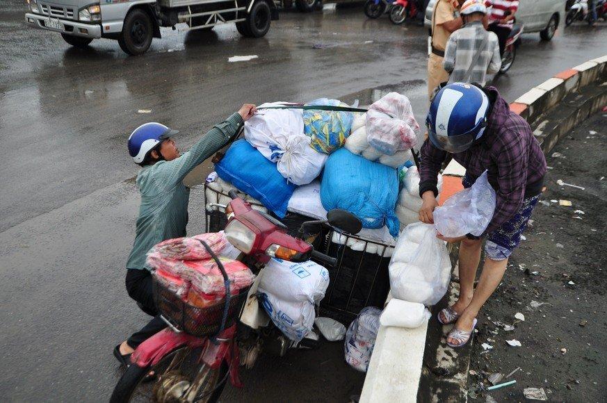 Chính trị - Xã hội - Ảnh hưởng bão số 10, đường phố TP.Biên Hòa biến thành sông (Hình 2).