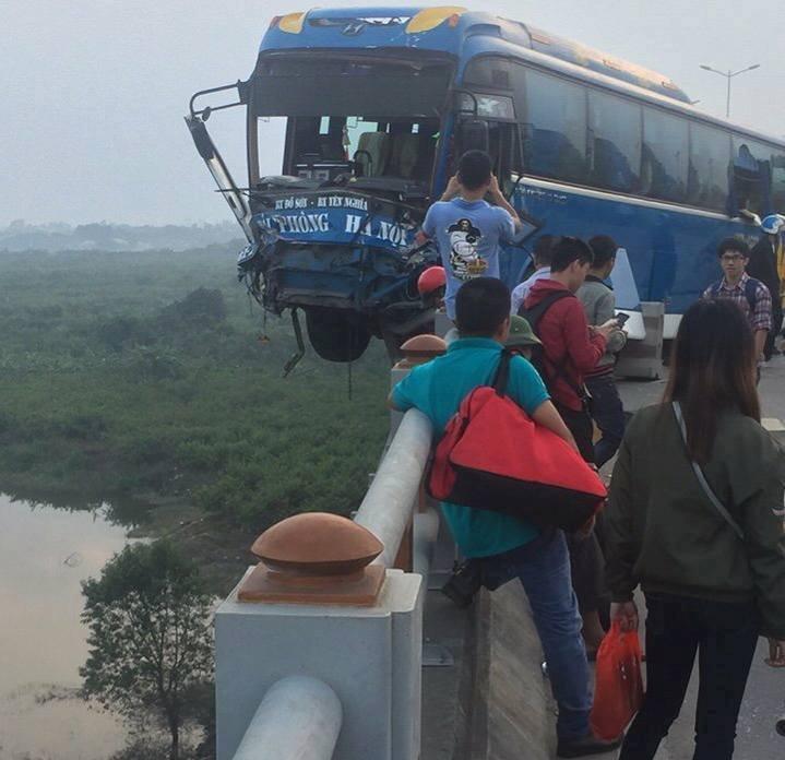 Xã hội -  Va chạm với ô tô tải, xe khách treo lơ lửng trên thành cầu Thanh Trì  (Hình 2).